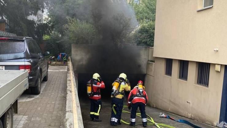 Ein Autobrand in einer Einstellhalle in Allschwil BL hat am Mittwochabend zu einer starken Rauchentwicklung geführt.
