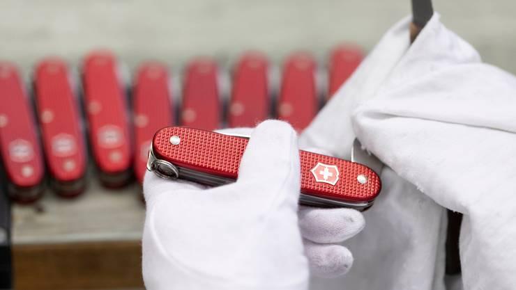 Ein Angestellter poliert und prüft die Funktionen eines Victorinox-Taschenmessers. (Gaetan Bally/Keystone, 10. Juli 2018)