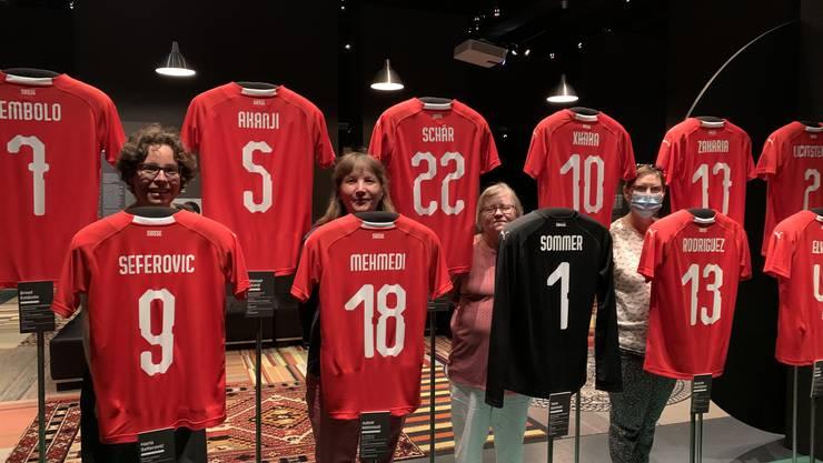 Besucher des Museums inmitten der Fussballnationalmannschaft