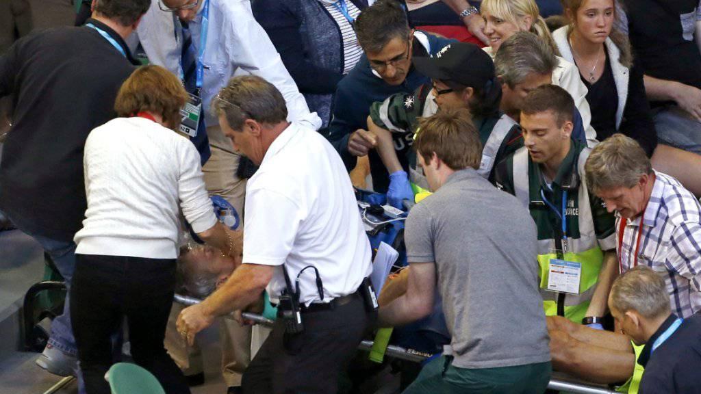 Nigel Sears, Coach von Ana Ivanovic und Schwiegervater von Andy Murray, wird auf einer Bahre aus dem Stadion getragen.