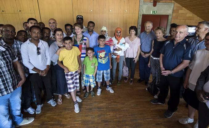 Der Bundesrat posiert mit Asylsuchenden.