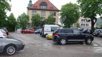 Unter dem heutigen Parkplatz beim Schulhaus Burgmatt könnte ein Parkhaus mit rund 100 Plätzen entstehen. sh