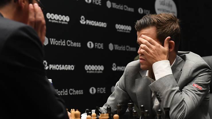 Weltmeister Magnus Carlsen (rechts) tritt mit einem blauen Auge zum 9. Duell an