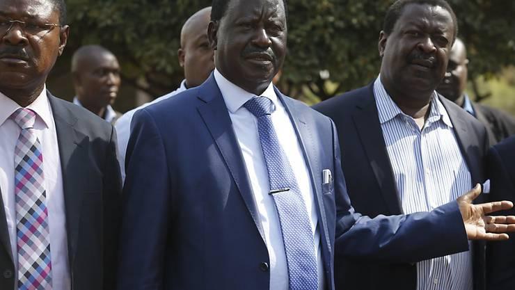 Raila Odinga (Mitte) steigt aus dem Rennen um die Präsidentschaft aus.