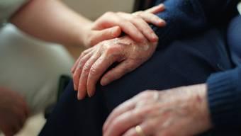 In einem der Fälle erleichterte eine Hochdeutsch sprechende Frau eine Seniorin um 50'000 Franken. (Symbolbild)