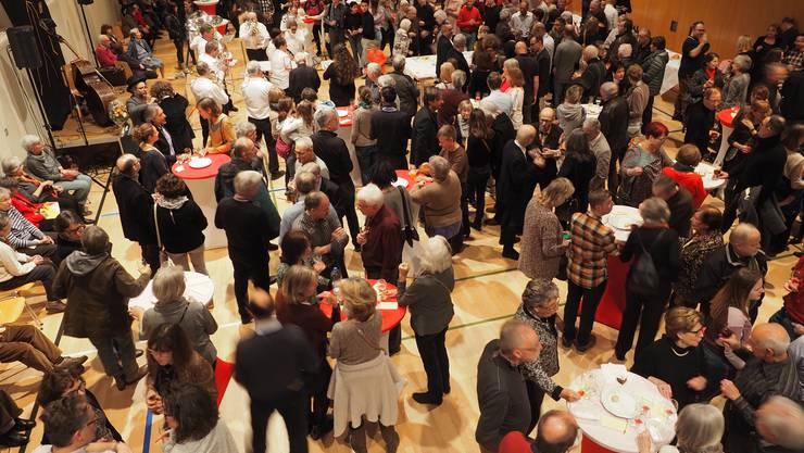 Neujahrsapéro 2020 in Obersiggenthal: Mit 500 Apéro-Besuchern gab es kaum noch ein Durchkommen in der Halle