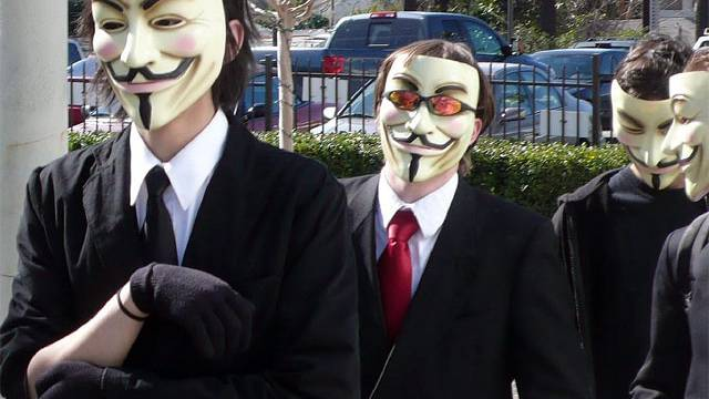 Anonymous bietet Facebook und Google+ die Stirn.
