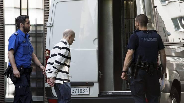 5. Juli 2013: Sexualstraftäter Markus W. wird nach dem Gerichtsurteil in Basel abgeführt.