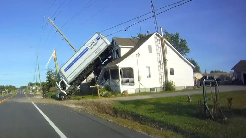 Truck landet auf Hausdach