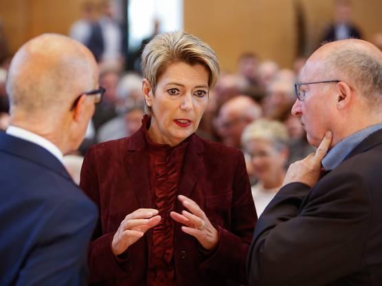 Einstimmig als Bundesratskandidatin nominiert: Karin Keller-Sutter im Gespräch mit Parteikollegen an der Nominationsveranstaltung in Wil SG.
