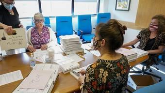 Wahlhelferinnen des Monroe Countys zählen Stimmen für die Präsidentschaftswahl. Foto: Mary Altaffer/AP/dpa