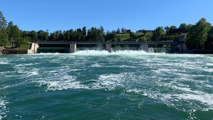 Zwei Gummiböötler fuhren am Samstagnachmittag über das Stauwehr bei Rheinau. Dabei wurde eine Person mittelschwer, die andere leicht verletzt.