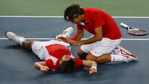 Federer feiert mit dem «heissen» Wawrinka den Olympiasieg.