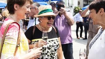 Man amüsiert sich mit Umweltministerin Simonetta Sommaruga in Schwyz.