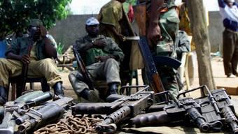 Rebellen-Soldaten mit Waffen in Bouaké. (Archivbild)