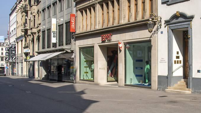 Der Lockdown wegen der Coronavirus-Pandemie hat die Umsätze im Detailhandel einbrechen lassen - im Bild die menschenleere Freie Strasse in Basel im März. (Archivbild)