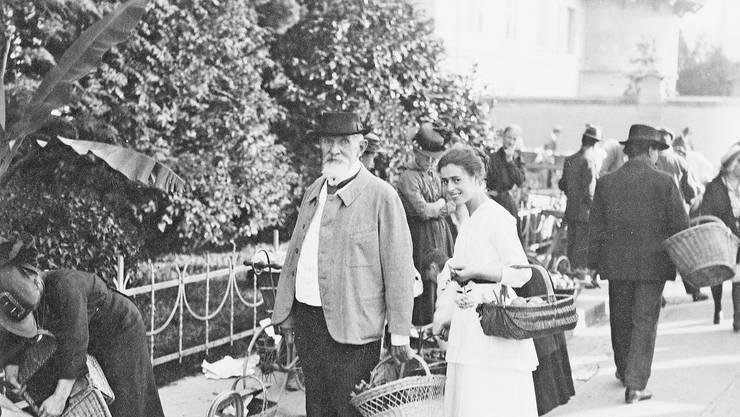Carl Spitteler am Markt mit Griti Sachs im Jahr 1922.