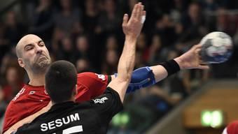 Der HSC Suhr Aarau mit Joao Ferraz (l.) trifft im Supercup auf die Kadetten Schaffhausen mit Zarko Sesum.