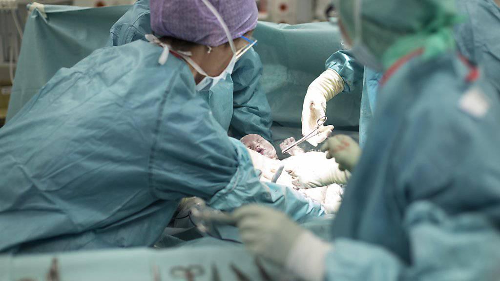 Sauerstoffmangel bei der Geburt: Ein Zürcher Spital muss einer Mutter und ihrem behinderten Sohn wegen mehrerer Behandlungsfehler Genugtuung zahlen. (Symbolbild)