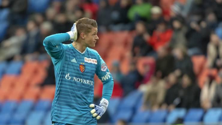 Jonas Omlin muss mit ansehen, wie seine Vordermänner den Ball neben das Tor setzen.