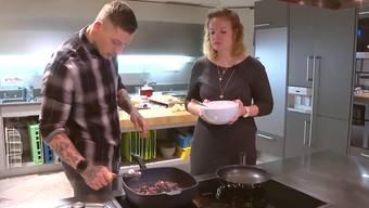 Silja bekommt Unterstützung von Koch Hermann Dill. Ob ihr das vegane Super-Menü schmeckt, das sie zusammen zubereiten?