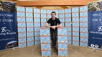 100 solcher Gepäckträger-Kisten werden ab morgen auf den Basler Strassen unterwegs sein. Ihr Erfinder ist Jungunternehmer Luca Tschudi.