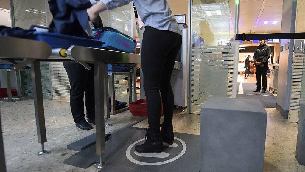 Der Scanner-Teppich zeigt den Passagieren bereits vor dem Gang durch das Tor mit Metalldetektoren an, ob ihre Schuhe einen Warnton auslösen werden oder nicht.