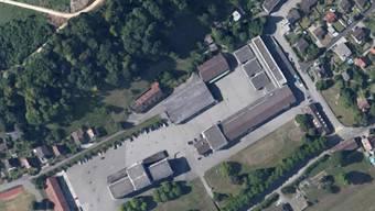 Im Mai beginnt die Sanierung der Mehrzweckhalle auf dem Kasernen-Areal Brugg. Abgeschlossen sein sollen die Arbeiten bis Ende Februar 2017. Neu wird die komplette Dachfläche mittels Photovoltaik zur Stromgewinnung genutzt. zvg/Google Maps
