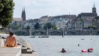Fünf Tipps gegen die Hitze: Der Sprung in den Rhein kennt jeder, hier kommen die bz-Geheimtipps. Dennoch Bilder vom Rheinufer auf der kleinbasler Seite vor der Johanniterbrücke, Blick auf Mittlere Brücke und Münster