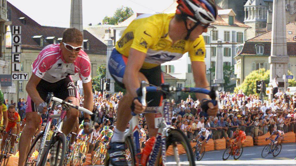 Im Jahr 2000 duellierten sich der gefallene Seriensieger Lance Armstrong (rechts) und Jan Ullrich in Lausanne im Rahmen der Tour de France