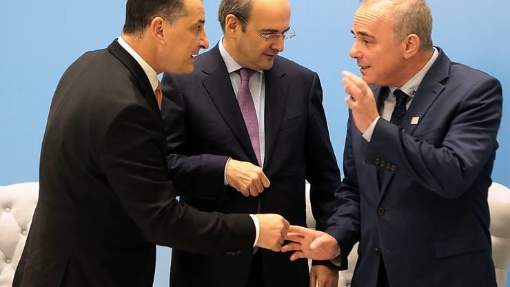 Griechenland, Zypern und Israel haben ein Grundsatzabkommen für den Bau der Eastmed Gas-Pipeline unterzeichnet. Im Bild sind der griechische Energieminister Kostis Hatzidakis (M), Israels Energieminister Yuval Steinitz (r) und Zyperns Energieminister Yiorgos Lakkotrypis.