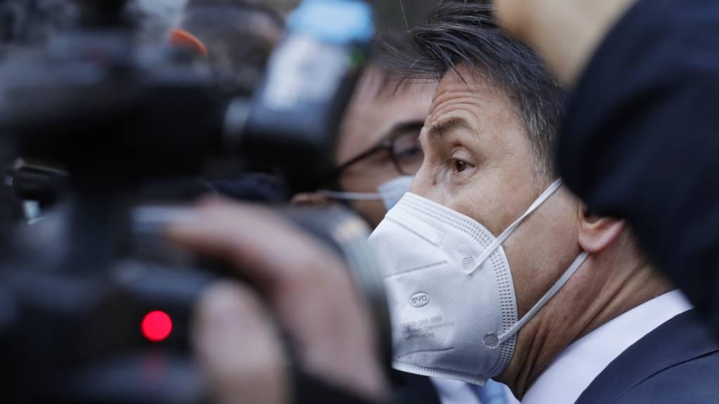 Italiens Ministerpräsident Giuseppe Conte umringt von Pressevertretern. Foto: Andrew Medichini/AP/dpa