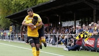 Die beiden YB-Spieler Kasim Adams Nuh und Marco Bürki bejubeln das 1:0 im Cupspiel gegen den FC Breitenrain