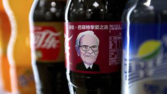 Warren Buffet ziert Cola-Flaschen in China.