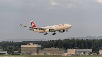 Das Zürcher Volk soll beim Flughafen mitreden können. Bild: Ein Flugzeug startet in Kloten.
