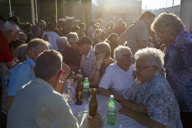 Die Dorfbevölkerung beim gemütlichen Zusammensitzen