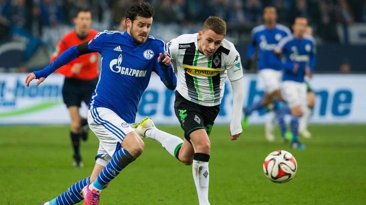 Davor war er in der Bundesliga bei drei Vereinen aktiv, hier im Schalke-Trikot im Duell gegen Gladbachs Hazard.