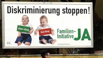 Plakat zur Familieninitiative «Steuerabzüge auch für Eltern, die ihre Kinder selber betreuen»