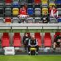 Wegen der Abstandregel mussten ein paar Ersatzspieler bei Düsseldorf gegen Paderborn auf die Tribüne ausweichen