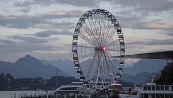 """Publikumsmagnet und Fotosujet: Das """"Swisswheel"""", das grösste Schweizer Riesenrad, an der Luzerner Herbstmesse, die am Wochenende zu Ende gegangen ist."""