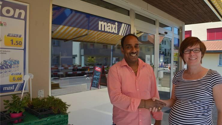 Tina Küng mit ihrem Nachfolger Kanesan Kamal vor dem Maxi-Laden.