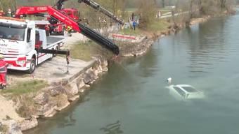 Der Porsche Cayenne wird am Tag nach dem Unfall aus der Reuss geboren.