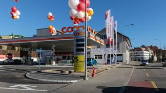 Auf die Eröffnung weisen viele Ballone hin.