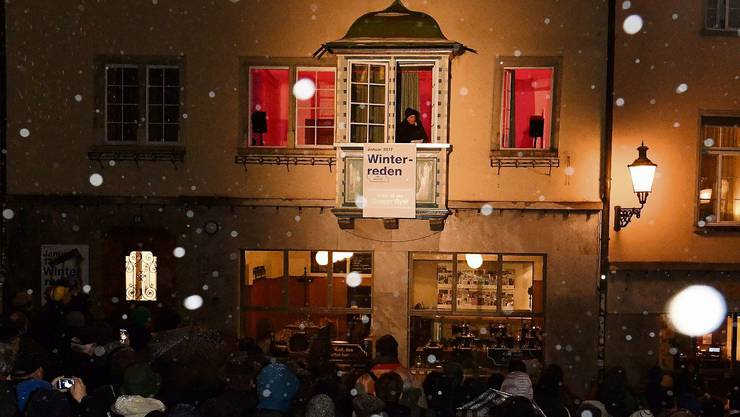 Trotz Schneeregen und Kälte lauschten rund 200 Personen den Worten von Politstar Gregor Gysi.