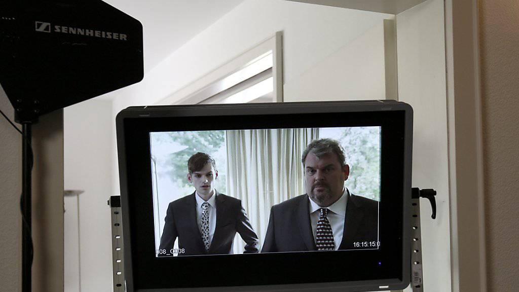 Wegen des anhaltenden Erfolgs wird «Der Bestatter» - rechts Mike Müller in der Titelrolle, links Reto Stalder als Fabio Testi - weitergeführt. Die Dreharbeiten für die sechste Staffel beginnen im Sommer. (Archivbild)