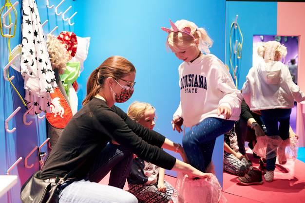 Kinder schlüpfen in der aktuellen Ausstellung im Stapferhaus in verschiedene (Geschlechter-)Rollen.