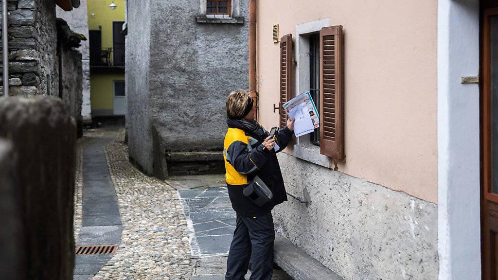 Pöstlerin in Moghegno im Kanton Tessin: Schon heute können Post-Kunden mit Hausservice ihre Rechnungen beim Briefträger bar bezahlen. Das Angebot wird von einer «kleinen Gruppe» genutzt. (Archivbild)