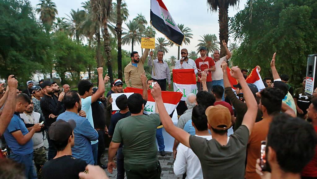 Im Irak sind am Donnerstag erneut zahlreiche Menschen auf die Strasse gegangen - am heutigen Freitag sollen noch grössere Proteste erfolgen.