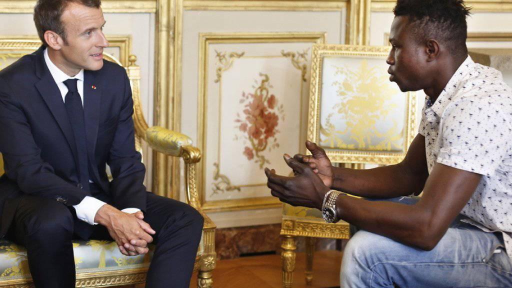 Einbürgerung für Heldentat: Der französische Präsident Emmanuel Macron (l.) empfängt den Retter des Kindes, Mamoudou Gassama, im Elysée-Palast.