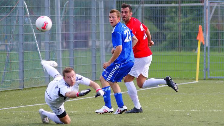 Dietikons Zivko Cajic (in Rot) schaut einer verpassten Chance nach.